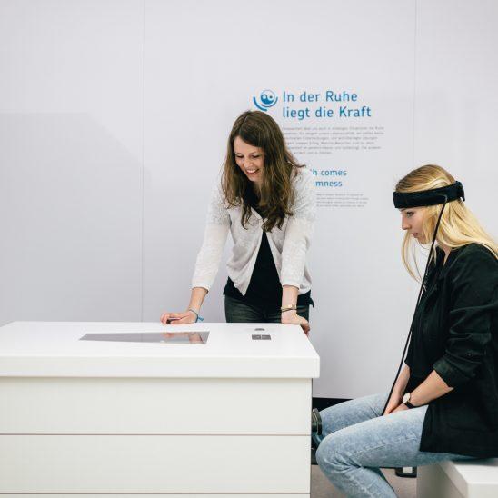 Zwei Frauen an einer Station der Ausstellung EY ALTER in Berlin.