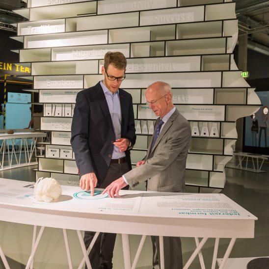 Bürgerschaftspräsident Christian Weber und Jan Oltmanns bei EY ALTER im Universum Bremen