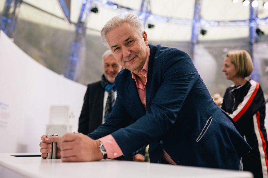 Klaus Wowereit in der Ausstellung EY ALTER in Berlin.